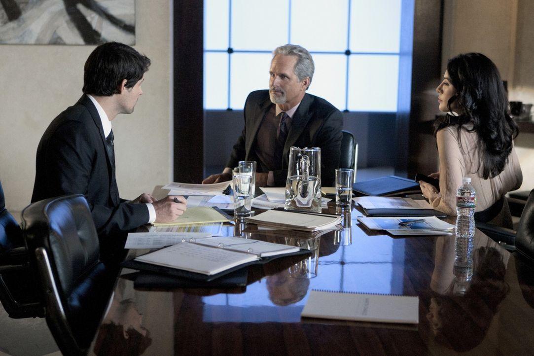 Nachdem Olivia (Jaime Murray, r.) Henry (Kristoffer Polaha, l.) erpresst hat, erklärt er sich bereit, ihr seinen schwerreichen Schwiegervater Tim A... - Bildquelle: 2011 THE CW NETWORK, LLC. ALL RIGHTS RESERVED