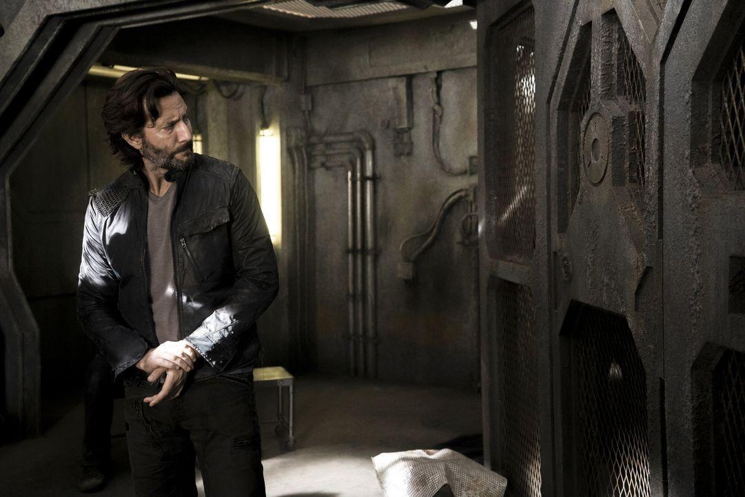 Verzweifelt versucht Kane (Henry Ian Cusick), die nahende Katastrophe abzuwenden, doch er muss erkennen, dass er dies nicht mit friedlichen Mitteln... - Bildquelle: 2014 Warner Brothers