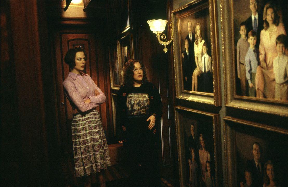 Schon kurz nach ihrer Ankunft in Stepford ist Joanna (Nicole Kidman, l.) über die Unterwürfigkeit ihrer Geschlechtsgenossinnen entsetzt. Mit der ebe... - Bildquelle: Andrew Schwartz TM & Copyright   2004 by DreamWorks LLC and Paramount Pictures Corporation.  All Rights Reserved.