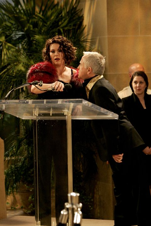 Unter dem Druck eines möglichen Prozesses ist Karen (Megan Mullally, l.) gezwungen, sich öffentlich bei Beverly (Leslie Jordan, r.) für ein beschäme... - Bildquelle: Chris Haston NBC Productions