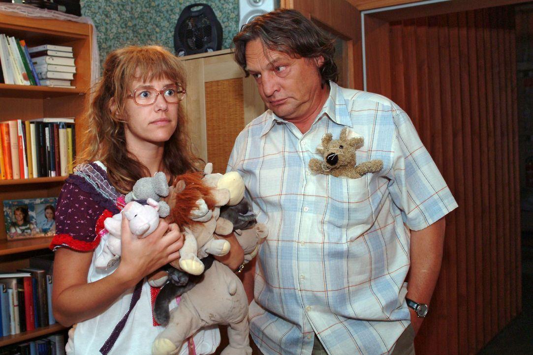 Bernd (Volker Herold, r.) registriert, dass Lisa (Alexandra Neldel, l.) ihr Zimmer verändert, damit Jürgen, den sie eingeladen hat, sich wohlfühlt.... - Bildquelle: Monika Schürle SAT.1 / Monika Schürle