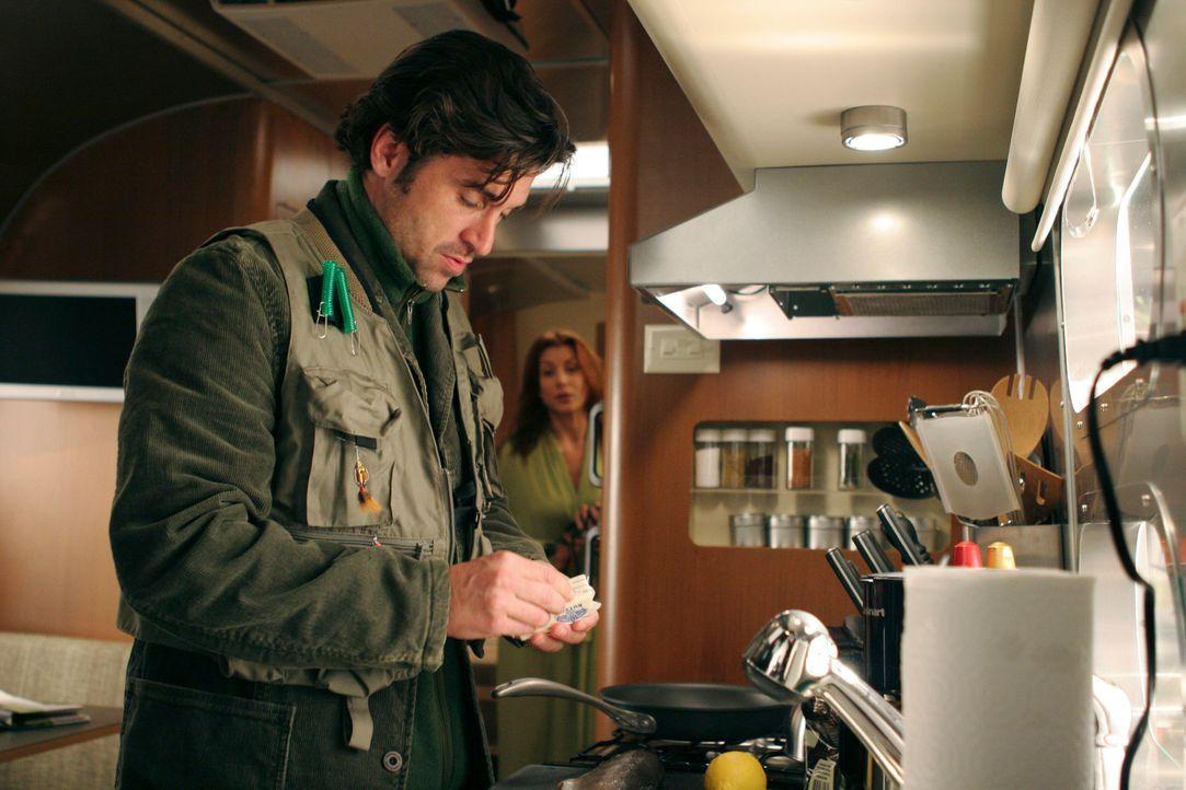 Nichtsahnend wird Derek (Patrick Dempsey, l.) beim zubereiten seines Fangs von Addison (Kate Walsh, r.) beobachtet ... - Bildquelle: Touchstone Television