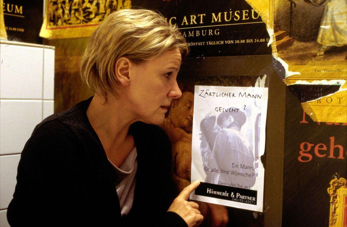 """Eines einsamen Abends findet Helen (Mariele Millowitsch) in einer Kneipe eine Anzeige: """"Zärtlicher Mann gesucht?"""" - Bildquelle: Sat.1"""