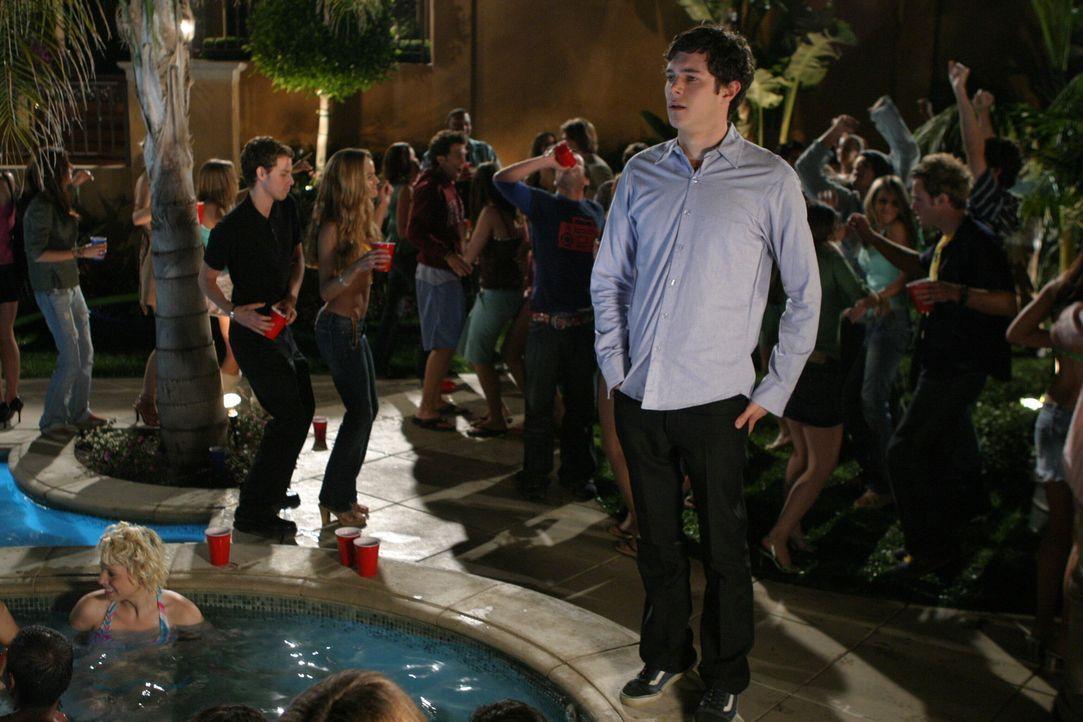 Auf Treys Geburtstagsparty hält Seth (Adam Brody) Ausschau nach Summer .... - Bildquelle: Warner Bros. Television