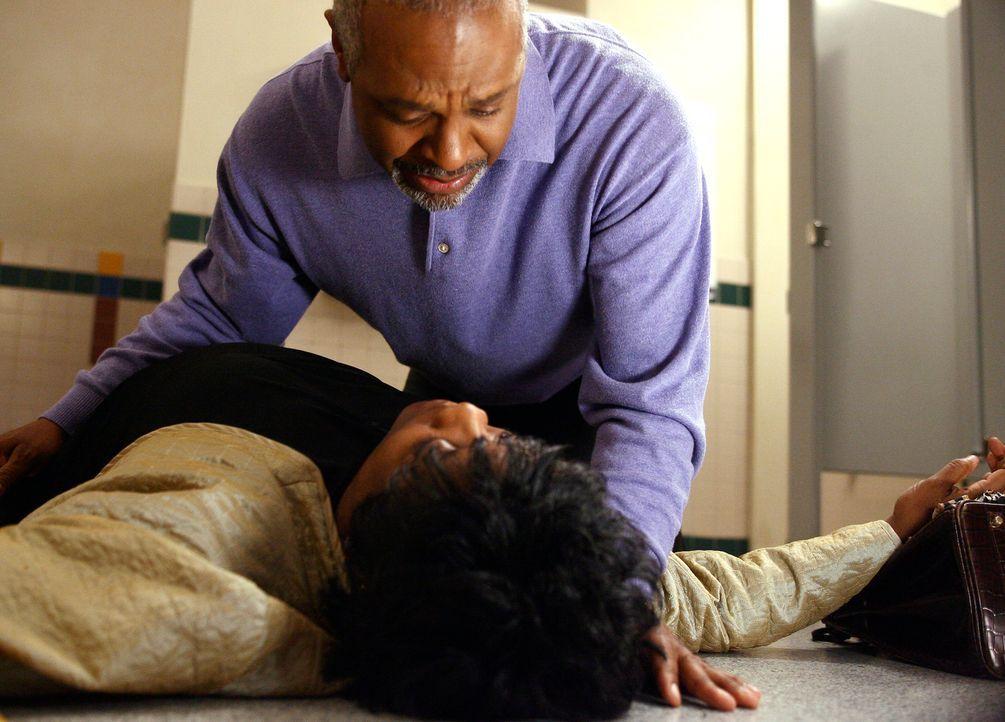 Webber (James Pickens jr. r.) macht sich große Sorgen um seine Ex-Frau Adele (Loretta Devine, l.), als er sie bewusstlos am Boden in der Damentoile... - Bildquelle: Touchstone Television
