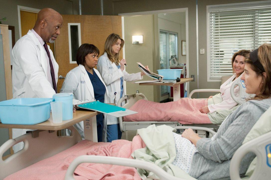 Webber (James Pickens, Jr., l.), Bailey (Chandra Wilson, 2.v.l.) und Meredith (Ellen Pompeo, M.) kümmern sich um Marcy (Peri Gilpin, 2.v.r.) und Kar... - Bildquelle: ABC Studios