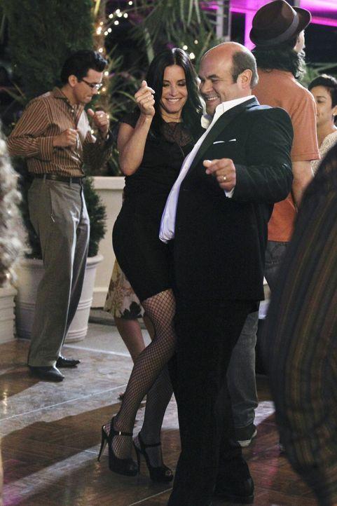 Haben viel Spaß: Jules (Courteney Cox, l.) und Andy (Ian Gomez, r.) ... - Bildquelle: 2010 ABC INC.