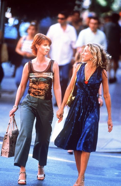 Bei einer Shopping-Tour bericht Carrie (Sarah Jessica Parker, r.) ihrer Freundin Miranda (Cynthia Nixon, l.) von ihrer neuesten Aufgabe. - Bildquelle: Paramount Pictures