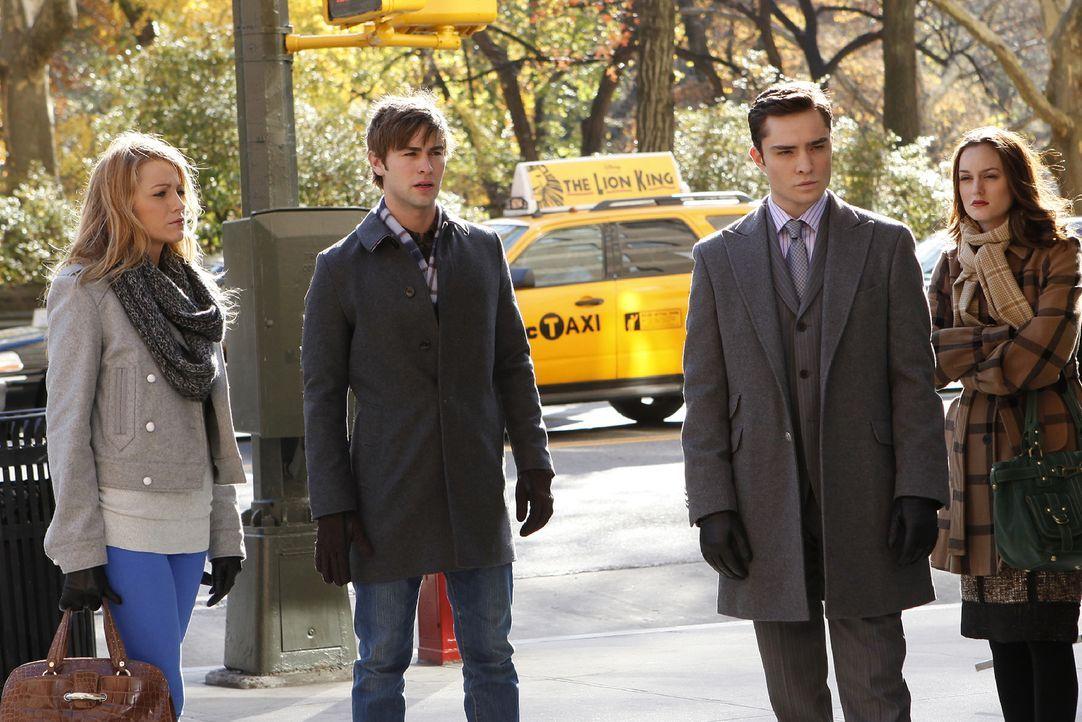 Die vier Freunde (v.l.: Blake Lively, Chace Crawford, Ed Westwick, Leighton Meester) treffen sich, um Chuck wegen seiner Mutter ins Gewissen zu reden. - Bildquelle: Warner Brothers