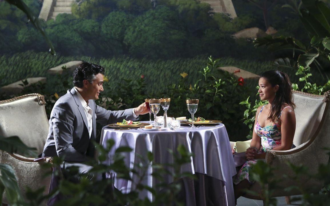 Wollen einen unvergesslichen Kennenlern-Abend miteinander verbringen: Jane (Gina Rodriguez, r.) und ihr Vater Rogelio (Jaime Camil, l.) .... - Bildquelle: 2014 The CW Network, LLC. All rights reserved.