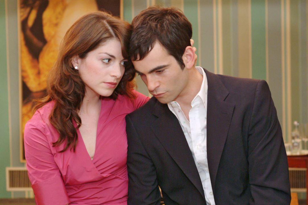 Mariella (Bianca Hein, l.) bittet den um seinen Vater bangenden David (Mathis Künzler, r.), sich trotz der schweren Zeit nicht hängen zu lassen. - Bildquelle: Sat.1