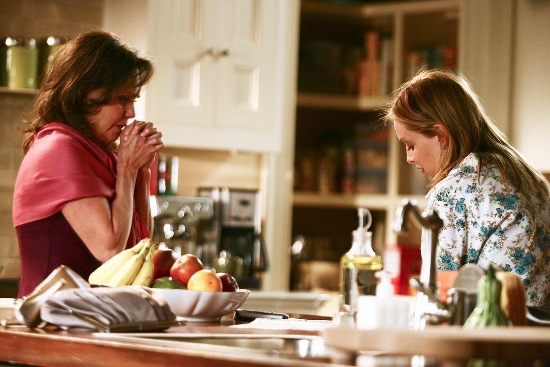 Nora (Sally Field, l.) erzählt Kitty (Calista Flockhart, r.) von dem Date in der Befürchtung, ihre Kinder könnten etwas dagegen haben. Doch Kitty... - Bildquelle: Disney - ABC International Television