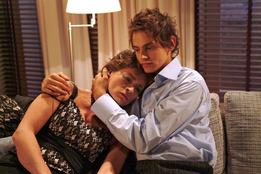 Sophie (Gabrielle Scharnitzky, l.) findet in Alex' (Shai Hoffmann, r.) Armen Trost. - Bildquelle: Monika Schürle SAT.1 / Monika Schürle