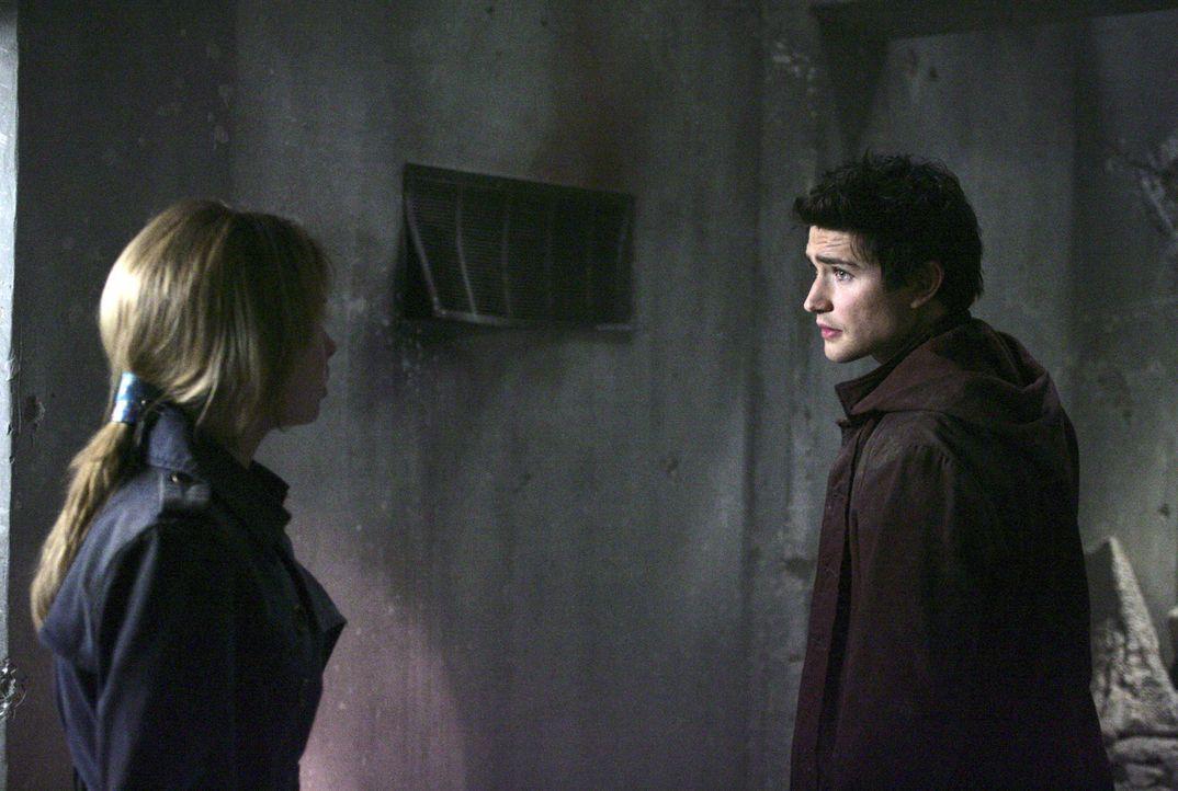 Amanda (Kirsten Prout, l.) hat schreckliche Angst. Doch auch Kyle (Matt Dallas, r.) spürt, dass sie sich in großer Gefahr befinden ... - Bildquelle: TOUCHSTONE TELEVISION