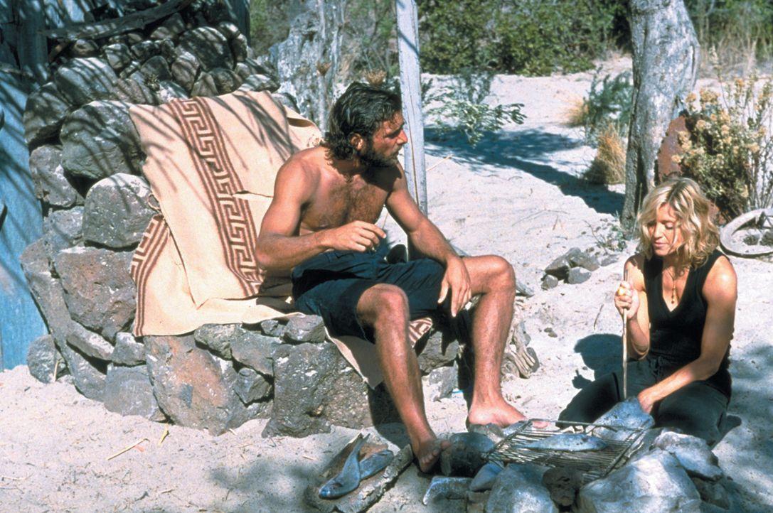 Die reiche, verwöhnte und dekadente Amber Leighton (Madonna, r.) macht mit Freunden einen Bootsausflug von Italien nach Griechenland. Sie ist jedoch... - Bildquelle: 2003 Sony Pictures Television International