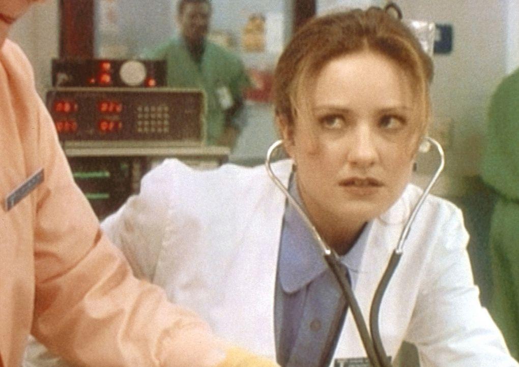 Eine böse Überraschung für Dr. Lewis (Sherry Stringfield): Dr. Kayson gibt ihr die Schuld am Tod eines Patienten. - Bildquelle: TM+  WARNER BROS.