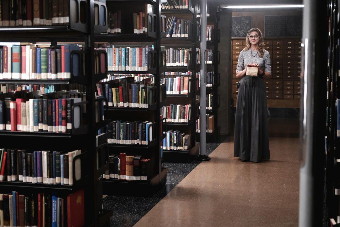 Um in den verbotenen Raum zu gelangen, versucht Penny mit allen Mitteln an den Zugangscode der Bibliothekarin (Mageina Tovah) zu kommen, das stellt... - Bildquelle: Eike Schroter 2016 Syfy Media, LLC