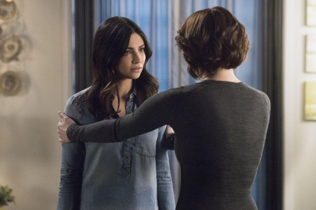 Noch treffen sich Maggie (Floriana Lima, l.) und Alex (Chyler Leigh, r.) zum gemeinsamen Abendessen. Die beiden ahnen noch nicht, dass Alex bald Opf... - Bildquelle: 2016 Warner Brothers