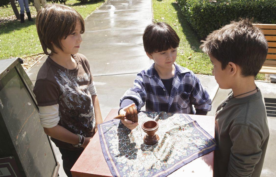 Mit seinen Zaubertricks versucht Aiden (Connor Gibbs, M.) seine Freunde Riley (Milo Manheim, l.) und Gus (Aramis Knight, r.) zu beeindrucken. - Bildquelle: ABC Studios