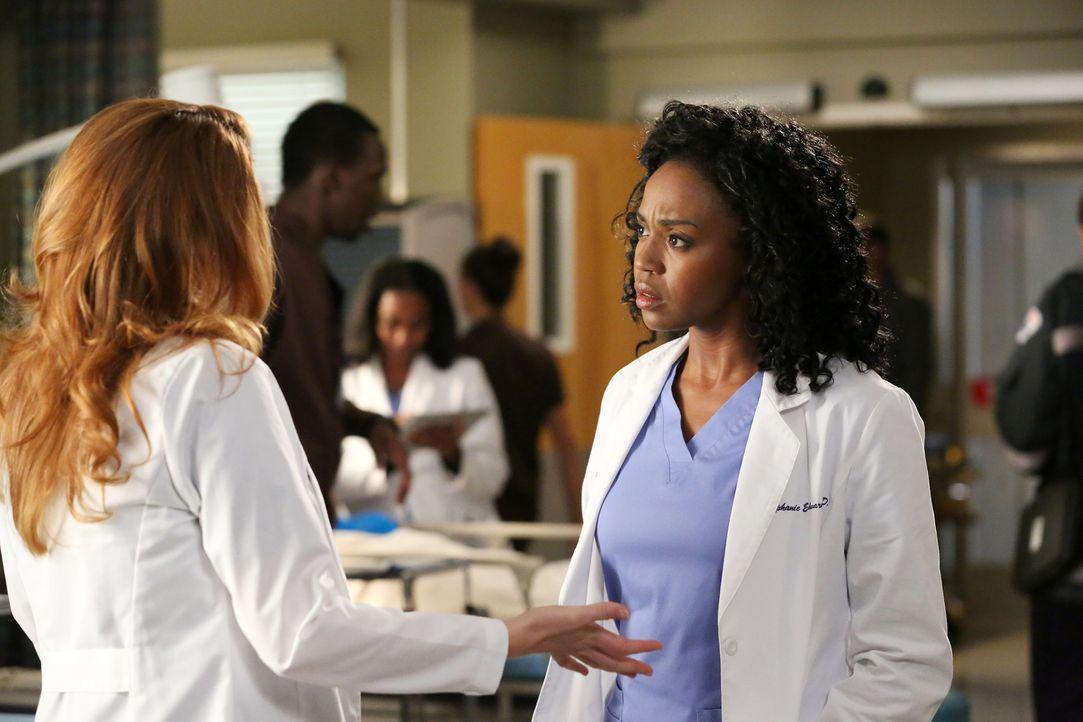 Stephanie (Jerrika Hinton, r.) bringt es nicht übers Herz, April (Sarah Drew, r.) von der traurigen Diagnose des Ultraschalls zu erzählen ... - Bildquelle: ABC Studios
