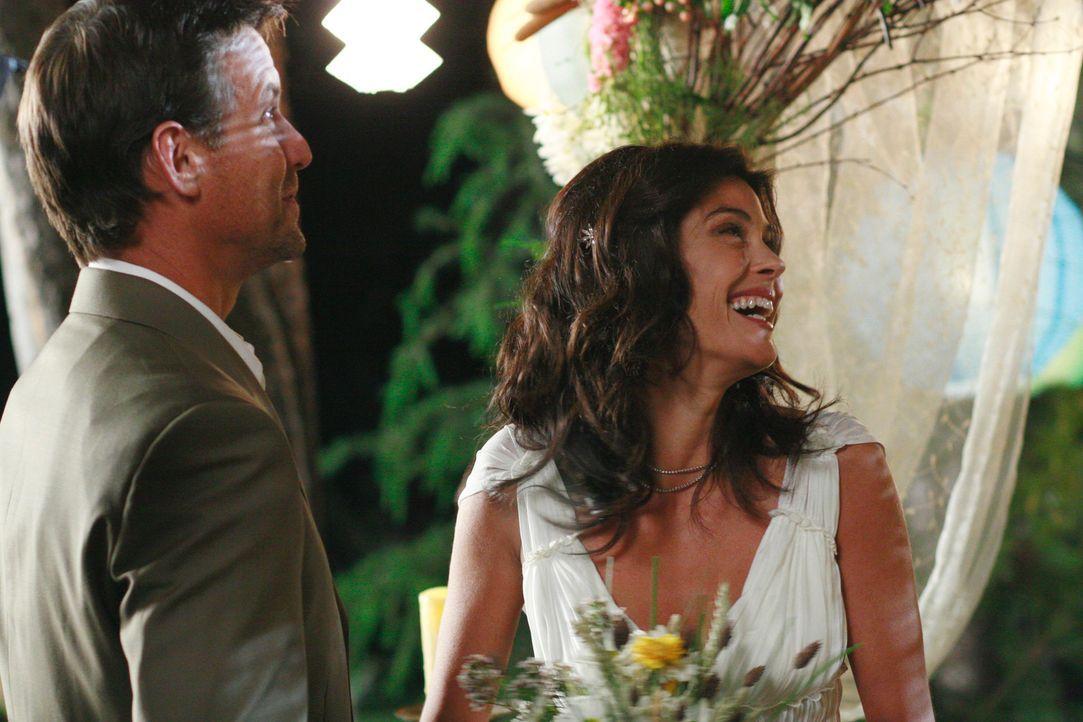 Der schönste Tag in ihrem Leben: Susan (Teri Hatcher, r.) und Mike (James Denton, l.) ... - Bildquelle: 2005 Touchstone Television  All Rights Reserved