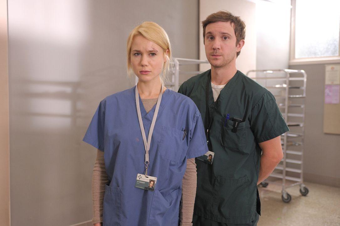 Während Nora (Kristen Hager, l.) und Josh (Sam Huntington, r.) sich über ihre Beziehung zueinander klar werden müssen, bemüht sich Aidan, Suren bei... - Bildquelle: Phillipe Bosse 2012 B.H. 2 Productions (Muse) Inc. ALL RIGHTS RESERVED.