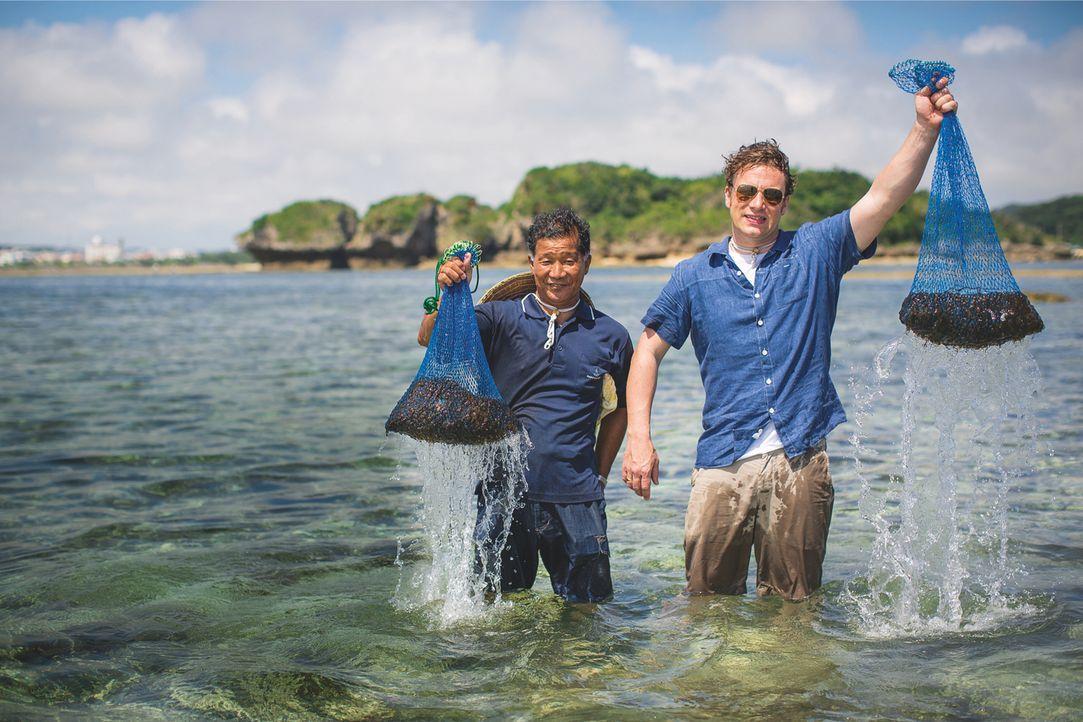Die richtige Ernährung kann unser Leben nicht nur verändern, sondern es auch verlängern, darum bereist Jamie Oliver (r.) die Orte mit der gesündeste... - Bildquelle: Freddie Claire 2015 Jamie Oliver Enterprise Ltd