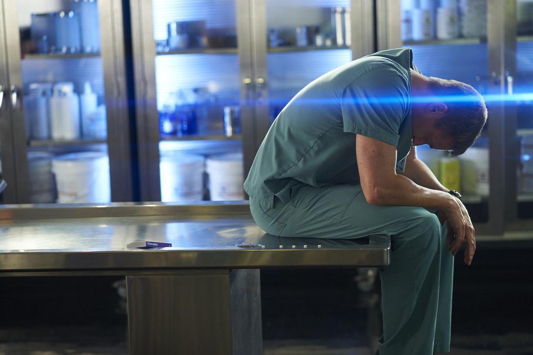 Seine Fähigkeit mit den Toten zu sprechen, treibt Charlie (Michael Shanks) beinahe in den Wahnsinn ... - Bildquelle: 2013  Hope Zee Two Inc.