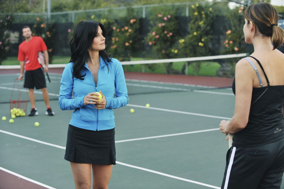 Die mit Stolz erfüllte Jules (Courteney Cox, M.) merkt nicht, wie sehr sie ihre Freundin Ellie (Christa Miller, r.) mit dem Flirt mit dem Trainer (... - Bildquelle: 2009 ABC INC.
