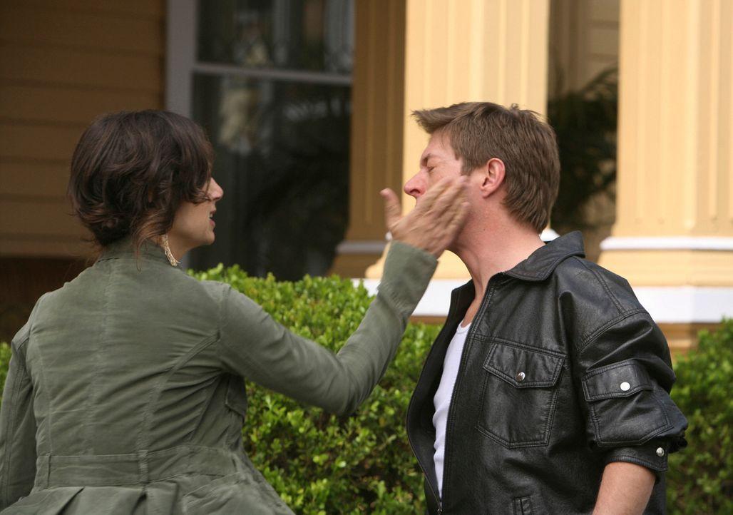 Als Lee (Kevin Rahm, r.) Ellie (Justine Bateman, l.) ein eindeutiges Angebot macht, fängt er sich eine ... - Bildquelle: ABC Studios