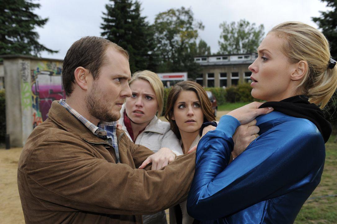 Miriam (Caroline Maria Frier, 2.v.l.) und Bea (Vanessa Jung, 2.v.r.) hindern Piet (Oliver Petszokat, l.) daran, Alexandra (Verena Mundhenke, r.) etw... - Bildquelle: Christoph Assmann SAT.1