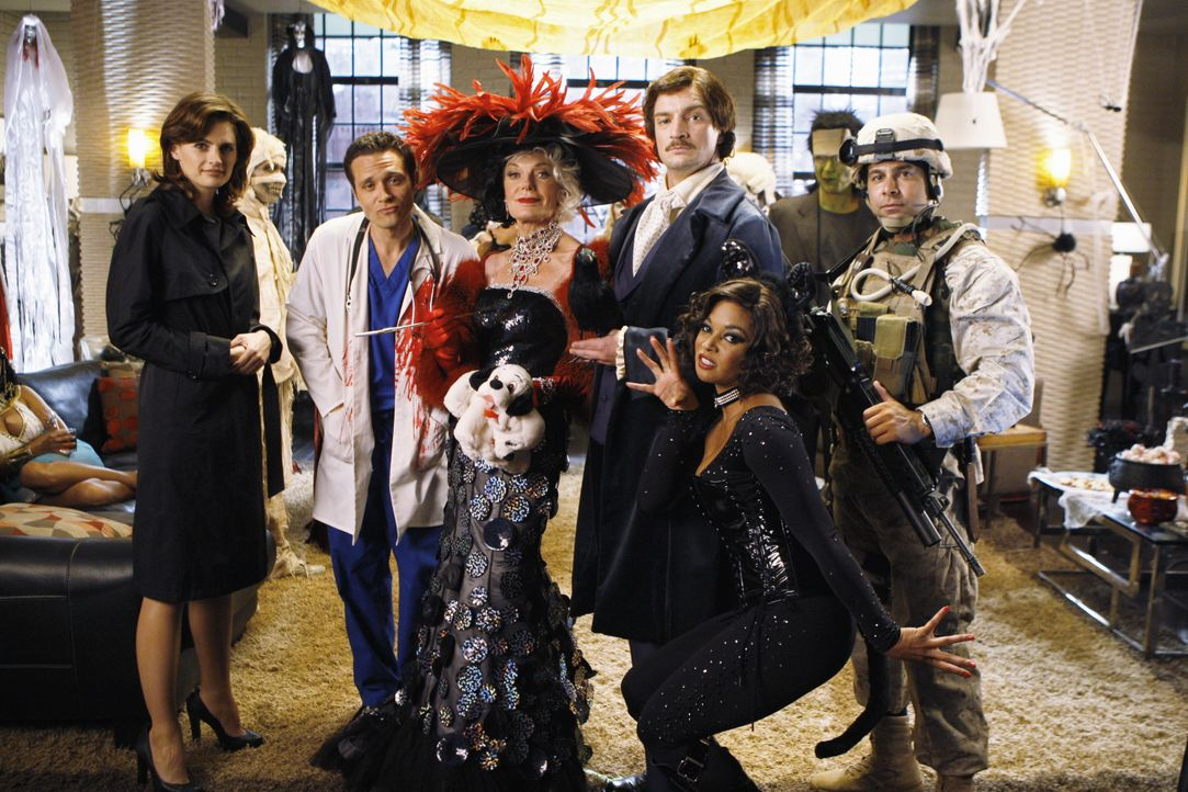 Feiern eine Halloween-Party (v.l.n.r.): Kate Becket (Stana Katic), Kevin Ryan (Seamus Dever), Martha (Susan Sullivan), Castle (Nathan Fillion), Lani... - Bildquelle: ABC Studios