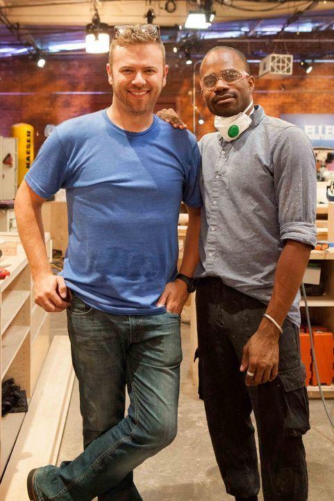 Matt M. (l.) möchte Bradley (r.) dabei helfen, außergewöhnliche Möbelstücke zu entwerfen - diese Woche gilt es, einen Schlaf-Traum zu kreieren ...... - Bildquelle: Warner Bros.
