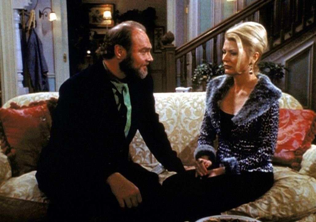 Tante Zelda (Beth Broderick, r.) versucht alles, um von Dr. Terdlington (Sherman Howard, l.), ihrem Konkurrenten, seine wissenschaftliche Formel zu... - Bildquelle: Paramount Pictures