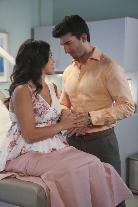 Während Michael glaubt, zu wissen, wer Sin Rostro ist, freuen sich Jane (Gina Rodriguez, l.) und Rafael (Justin Baldoni, r.), das Geschlecht ihres B... - Bildquelle: 2014 The CW Network, LLC. All rights reserved.