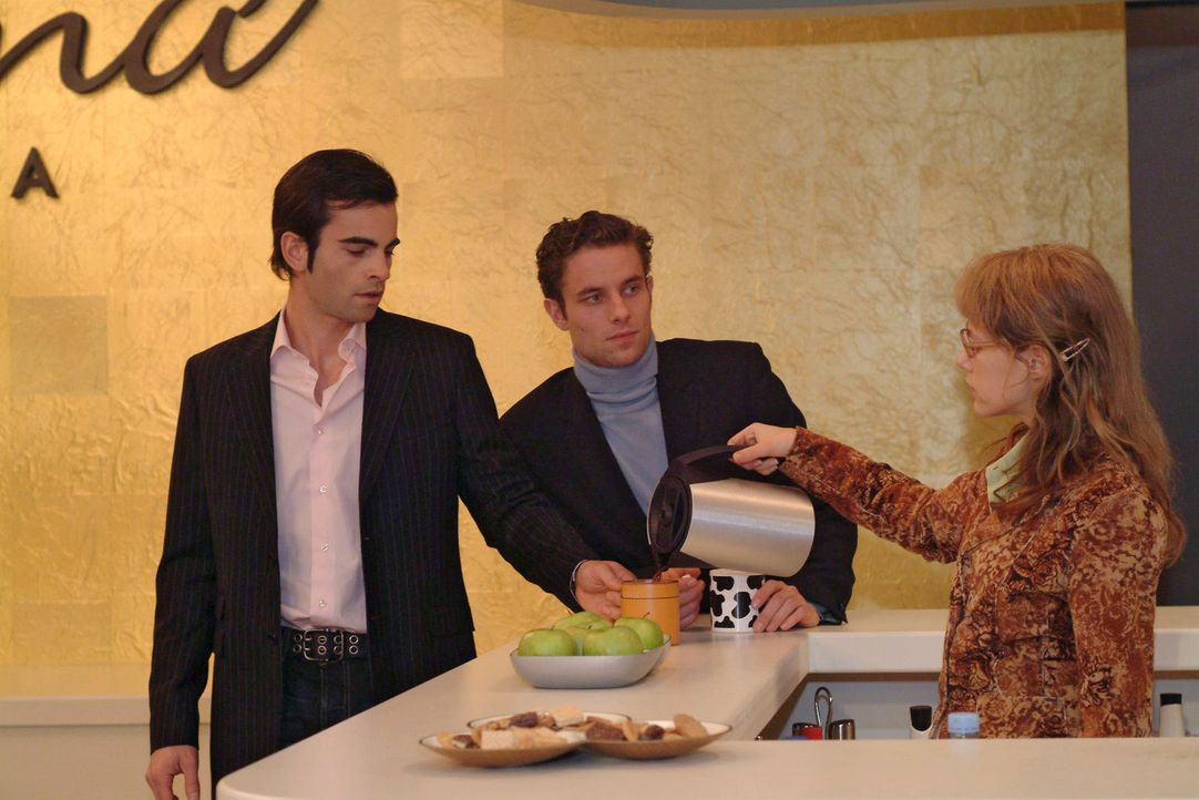 David (Mathis Künzler, l.) und Max (Alexander Sternberg, M.) ignorieren Lisa (Alexandra Neldel, r.), die den beiden hochkonzentriert und etwas übe... - Bildquelle: Sat.1