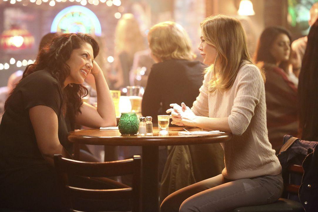 Statt im Selbstmitleid zu versinken, nutzen Callie (Sara Ramirez, l.) und Meredith (Ellen Pompeo, r.) ihre freie Zeit, es mal richtig krachen zu las... - Bildquelle: ABC Studios