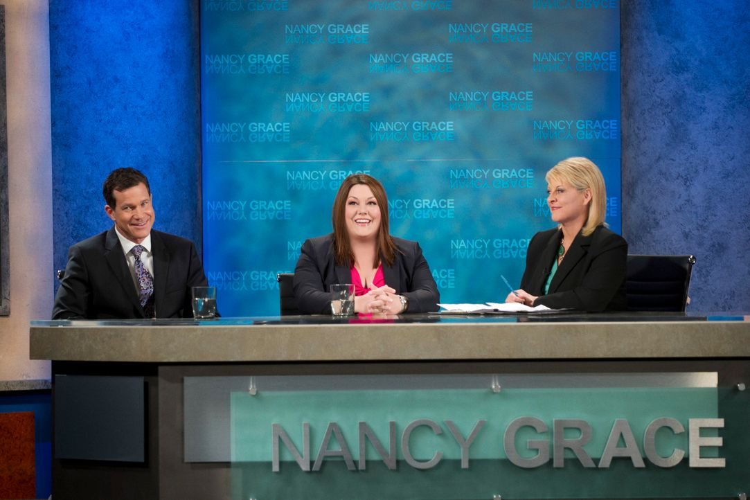 In der Talkshow von Nancy Grace (Nancy Grace, r.) trifft Jane (Brooke Elliott, M.) auf den berühmten Anwalt Lawrence Brand (Dylan Walsh, l.), der vo... - Bildquelle: 2012 Sony Pictures Television Inc. All Rights Reserved.