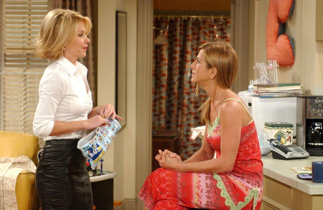 Rachel (Jennifer Aniston, r.) ahnt nicht, was sie anstellt,als sie Amy (Christina Applegate, l.) bittet, auf Emma aufzupassen ... - Bildquelle: 2003 Warner Brothers International Television