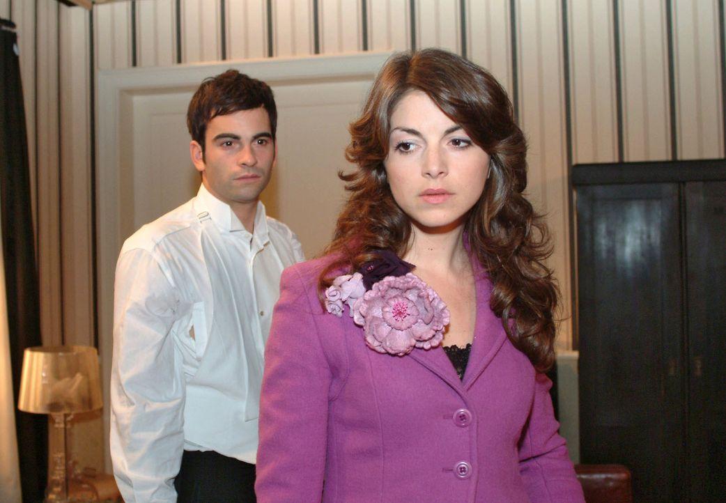David (Mathis Künzler, l.) versucht mit Mariella (Bianca Hein, r.) über ihre Beziehung zu reden, doch wieder kommt es nur zu Missverständnissen. - Bildquelle: Monika Schürle Sat.1