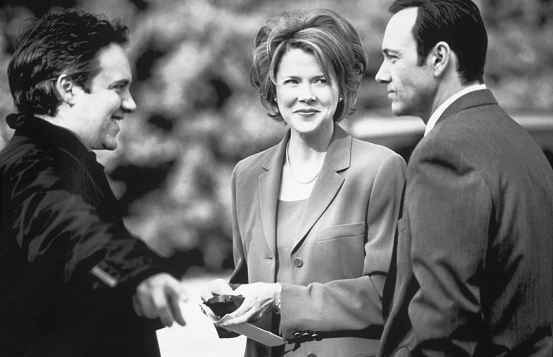 Regisseur Sam Mendes (l.) und seinen Hauptdarstellern Kevin Spacey (r.) und Annette Bening (M.) - Bildquelle: Lorey Sebastian TM+  1999 DreamWorks LLC. All Rights Reserved.