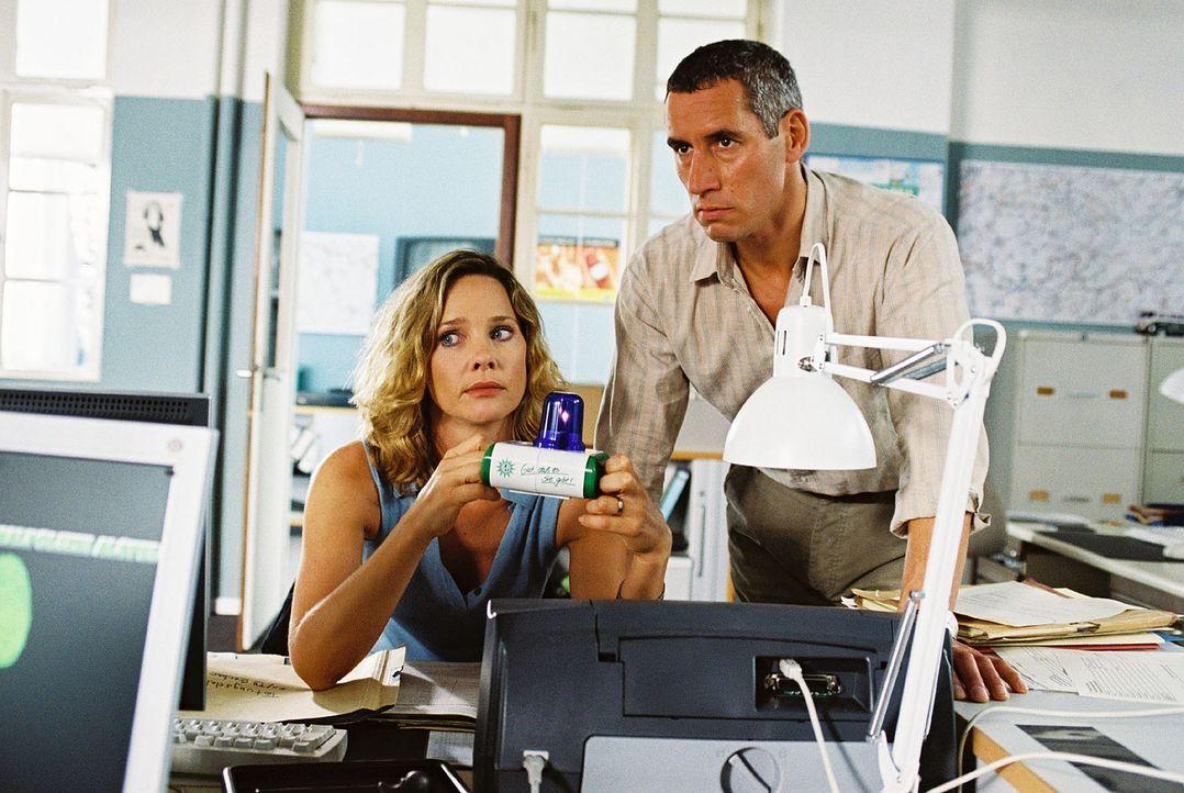 Michelle Eisner (Ann-Kathrin Kramer, l.) und Klaus Schwerdtfeger (Ralph Herforth, r.) sind nach Jahren plötzlich wieder Kollegen. - Bildquelle: Sat.1