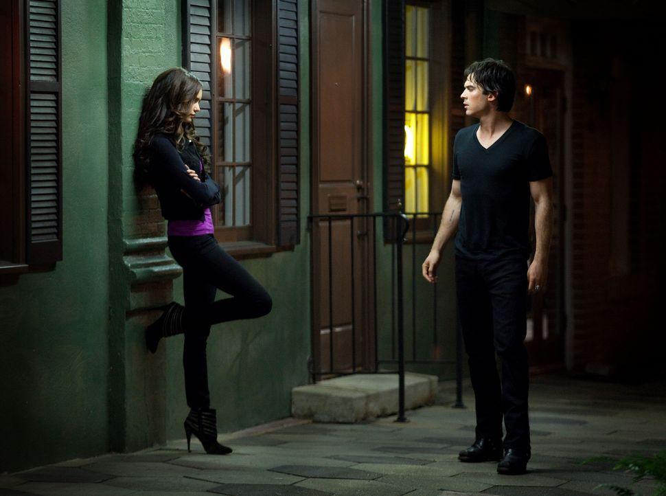 Damon (Ian Somerhalder, r.) folgt Elena nach draußen vor den Mystic Grill, trifft dort jedoch auf Katherine (Nina Dobrev, l.). Gelingt es ihr den äl... - Bildquelle: Warner Brothers