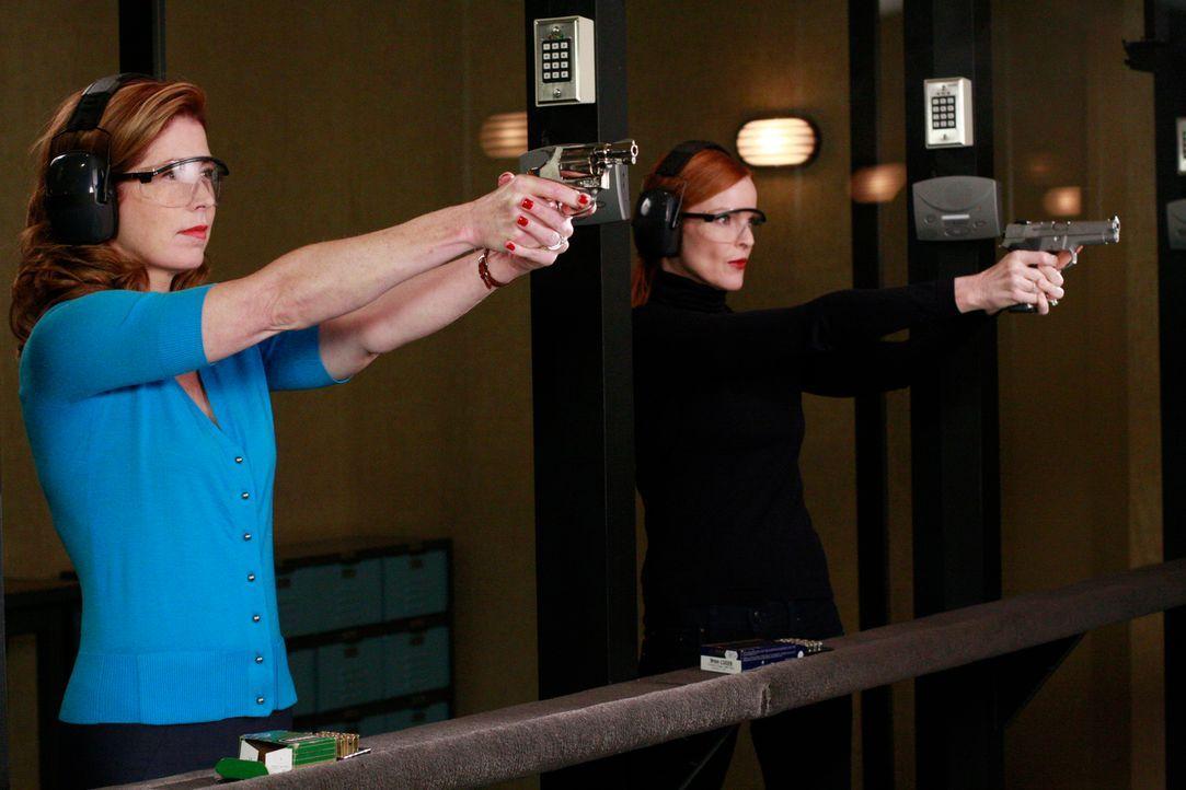 Bree (Marcia Cross, r.) und Katherine (Dana Delany, l.) üben sich im Schießen, doch warum nur? - Bildquelle: ABC Studios