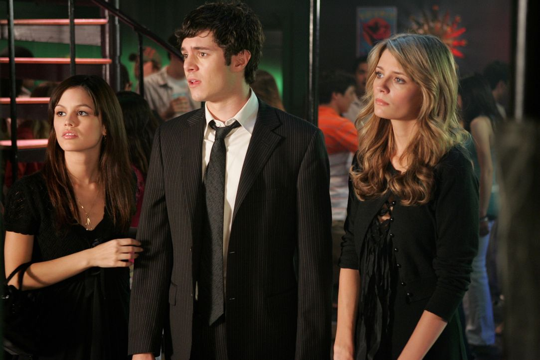 In tiefer Trauer: Summer (Rachel Bilson, l.), Seth (Adam Brody, M.) und Marissa (Mischa Barton, r.) ... - Bildquelle: Warner Bros. Television