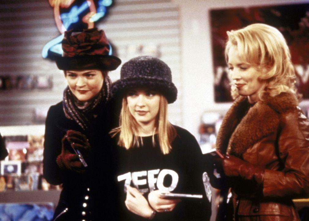 Um Sabrina (Melissa Joan Hart, M.) zu einem Rockkonzert begleiten zu können, verwandeln sich die Tanten in die Teenager Zellery (Judith Jones, r.)... - Bildquelle: Paramount Pictures