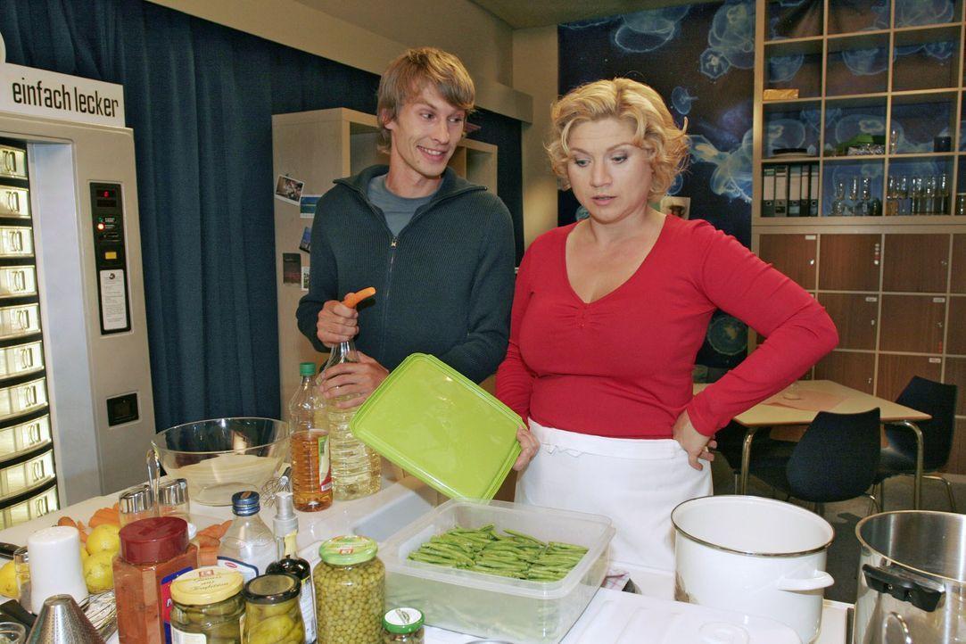 Zwischen Agnes (Susanne Szell, r.) und ihrem Assistenten Boris (Matthias Rott, l.) kommt es immer öfter zu Auseinandersetzungen. - Bildquelle: Noreen Flynn SAT.1 / Noreen Flynn