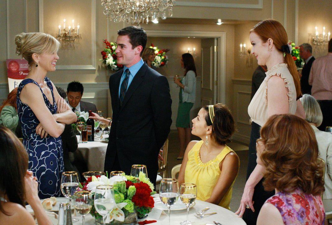 Lynette (Felicity Huffman, l.) kann nicht fassen, dass Stu (Charlie Babcock, 2.v.l.), ihr ehemaliger Assistent, die Werbekampagne von Bree (Marcia C... - Bildquelle: ABC Studios