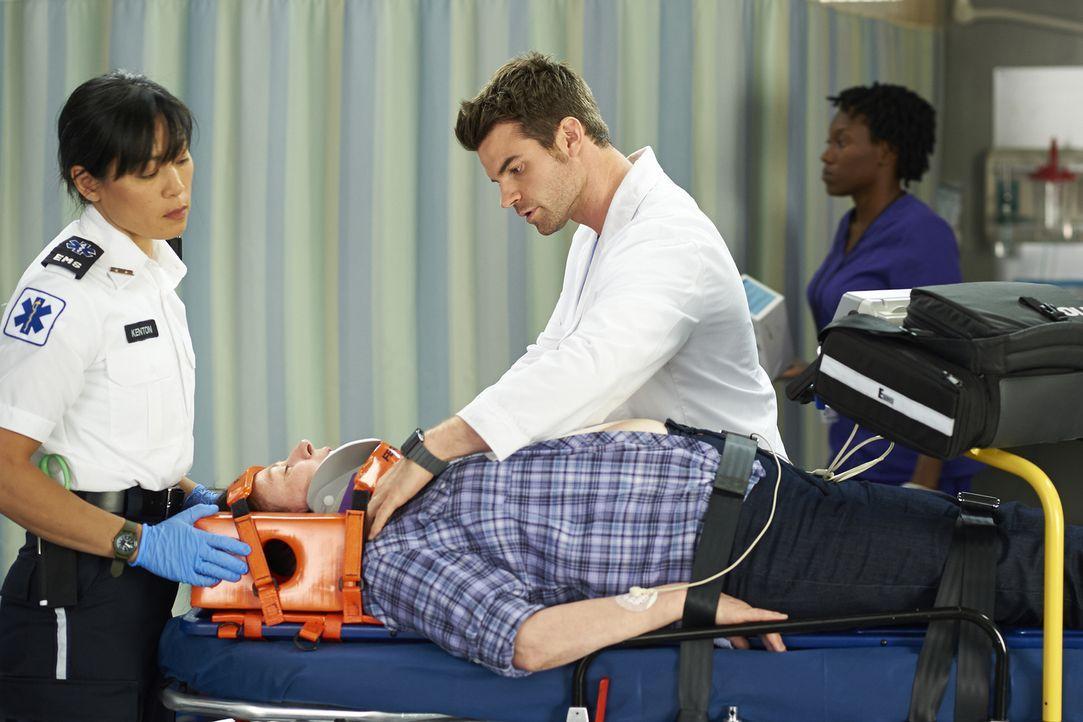 Als eine Frau mit schweren Verletzungen nach einem Autounfall eingeliefert wird, müssen Joel (Daniel Gillies, r.) und Alex feststellen, dass sie dri... - Bildquelle: Ken Woroner 2014 Hope Zee Three Inc.