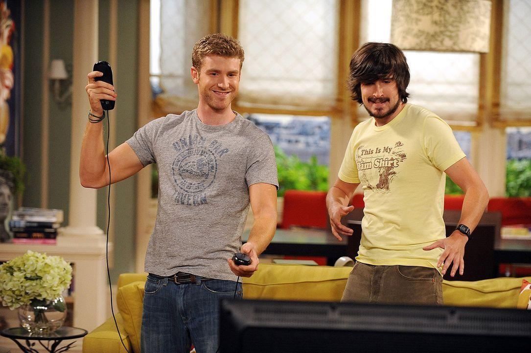 Zack (Jon Foster, l.) und sein Freund Davis (Nicolas Wright, r.) vertreiben sich die Zeit mit Videospielen ... - Bildquelle: 2009 CBS Broadcasting Inc. All Rights Reserved